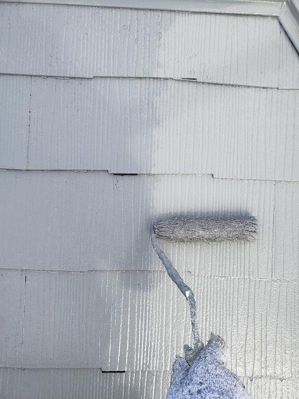 屋根の上塗りをしています。(エスケー化研 水性クールタイトシリコン CLR-106)