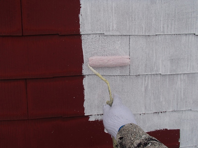 屋根の下塗り中です(エスケー化研 水性クールタイトシーラー)。