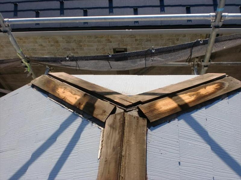 棟板金の抜き板は新品同様の部分もありますが、ほとんどが雨がしみて変色しています。