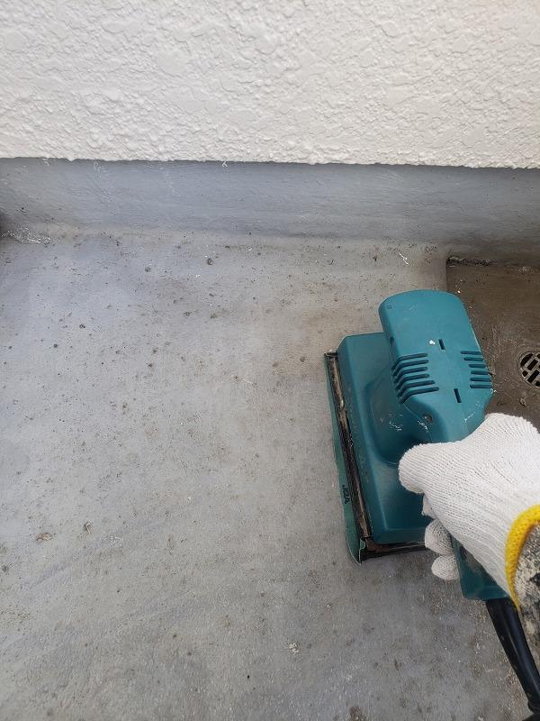 ベランダの前回の防水塗料を削り落として表面を荒らしています。