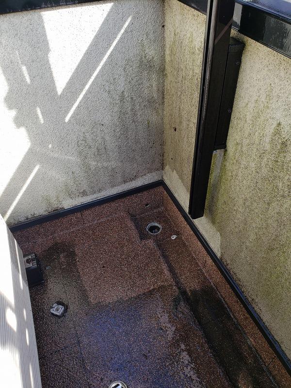 ベランダ内部も苔や土埃など、汚れが溜まっていました。