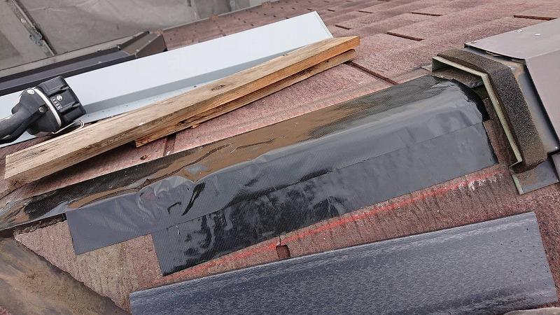 板を外し、下地をテープでしっかり補強します。