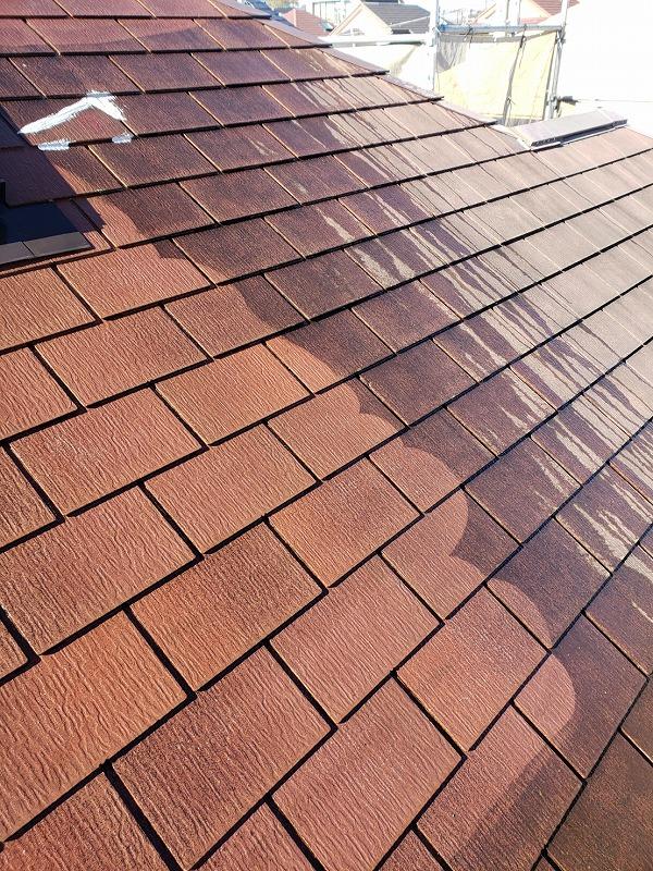 汚れが落ちて、屋根本来の色がみえてきました。