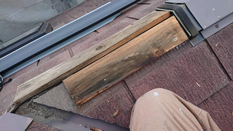 棟板が傷んでいる箇所を交換します。