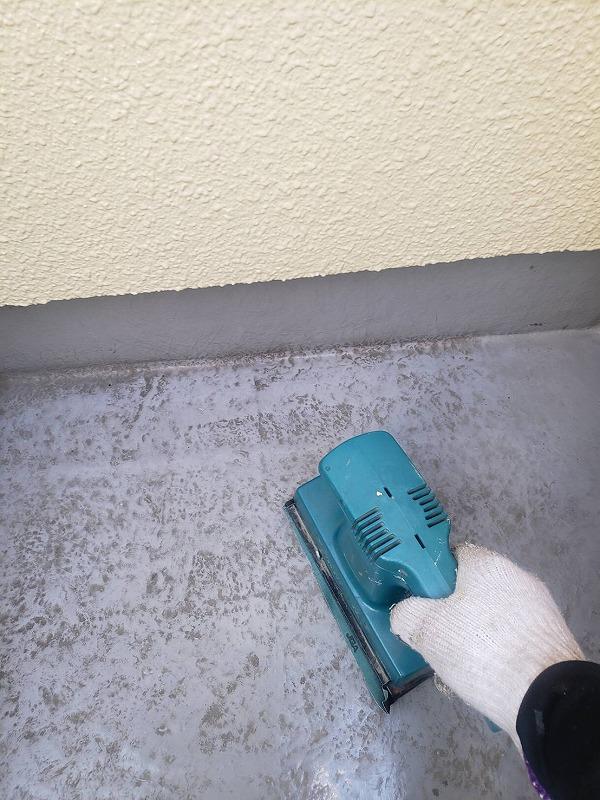 電動サンダーでベランダ床の目荒らし中です。