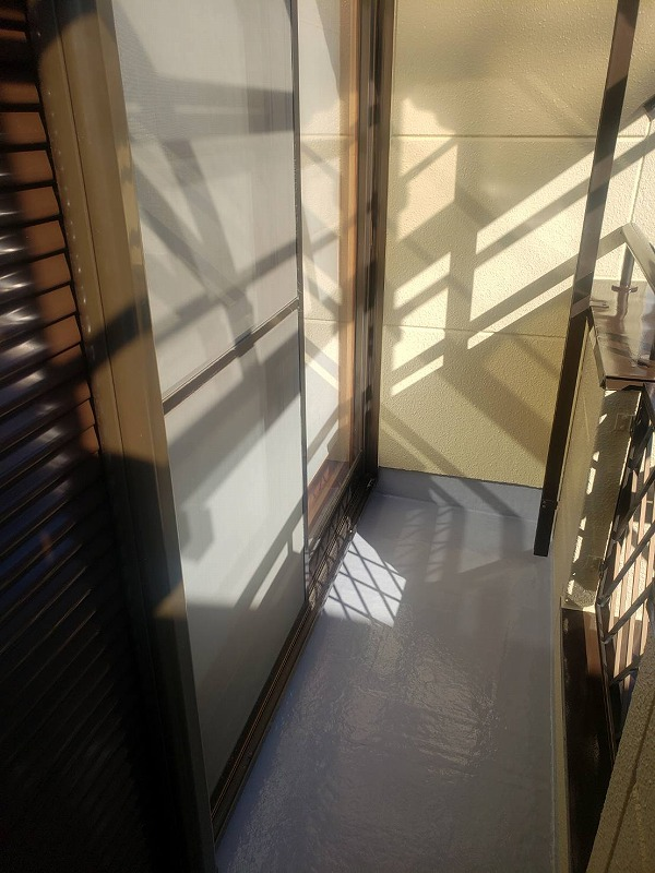 ベランダ床の防水塗装が完了しました(日本特殊塗料 タフシール)。
