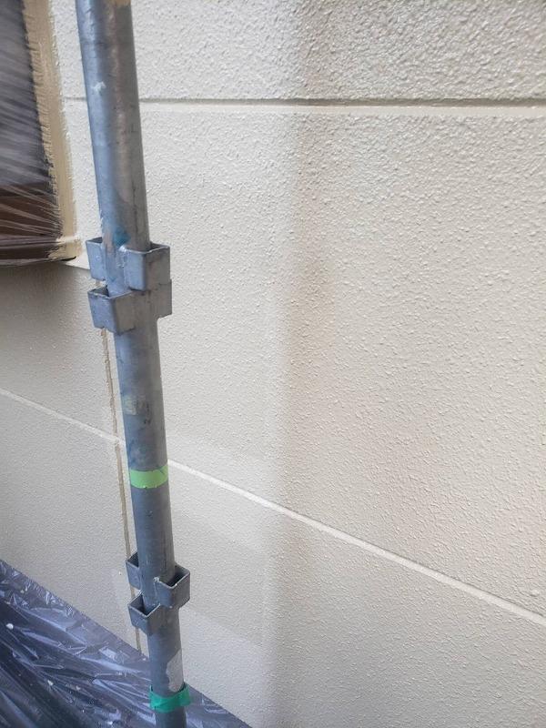 中塗りと同じ塗料で上塗りします(エスケー化研 水性セラミシリコン SR-403)。