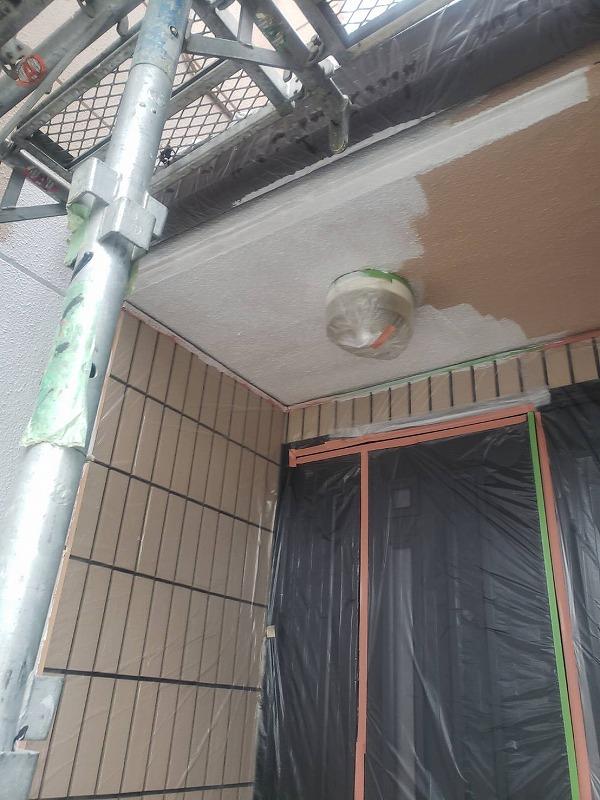 玄関天井は外壁と同様に塗装します(エスケー化研 水性ソフトサーフSG)。