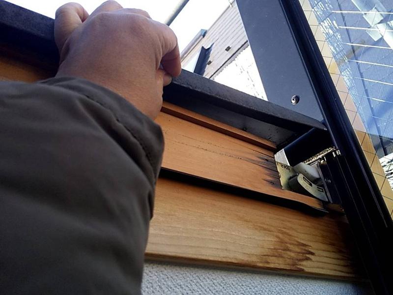 天窓を交換した際に、天窓周辺の板金が浮いてしまっていることが分かりました。