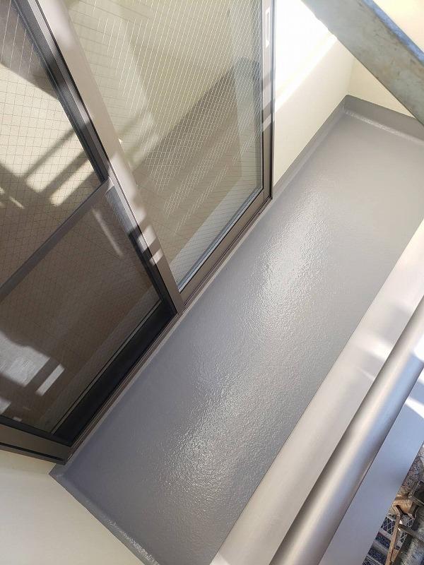 ベランダ床のトップコート塗装が終了しました(日本特殊塗料株式会社 タフシールトップ#300 グレー)。