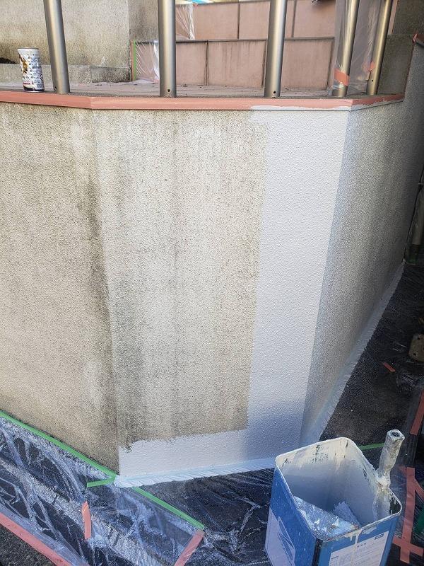 外塀の中塗り中です。(エスケー化研 アートフレッシュ AC-1120)