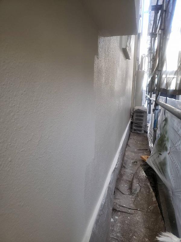 外壁の上塗りをどんどん進めていきます。(エスケー化研 アートフレッシュ AC-1046)