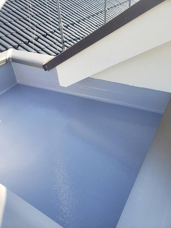 玄関上の天井部もトップコート塗装を施しました(日本特殊塗料株式会社 タフシールトップ#300 グレー)。