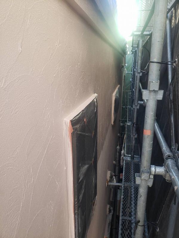 外壁の上塗り中です!(エスケー化研 アートフレッシュ AC-1223)