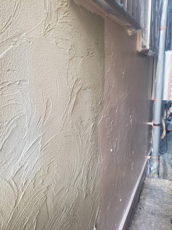 外壁の中塗り中です。(エスケー化研 アートフレッシュ AC-1223)