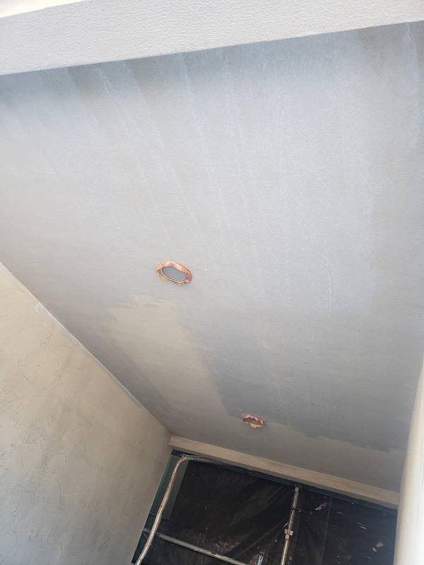 車庫の天井部は外壁と同様に塗装します(エスケー化研 水性ミラクシーラーエコ クリヤー)。