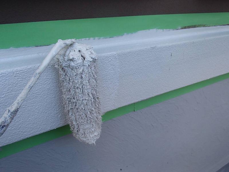 帯板部分の下塗りを行います。場所によって、メイン色・アクセント色に塗り分けます。