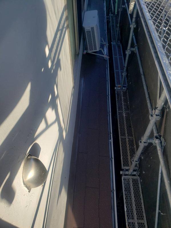 下屋根の下塗りが終了しました(エスケー化研 マイルドシーラーEPO クリヤー)。