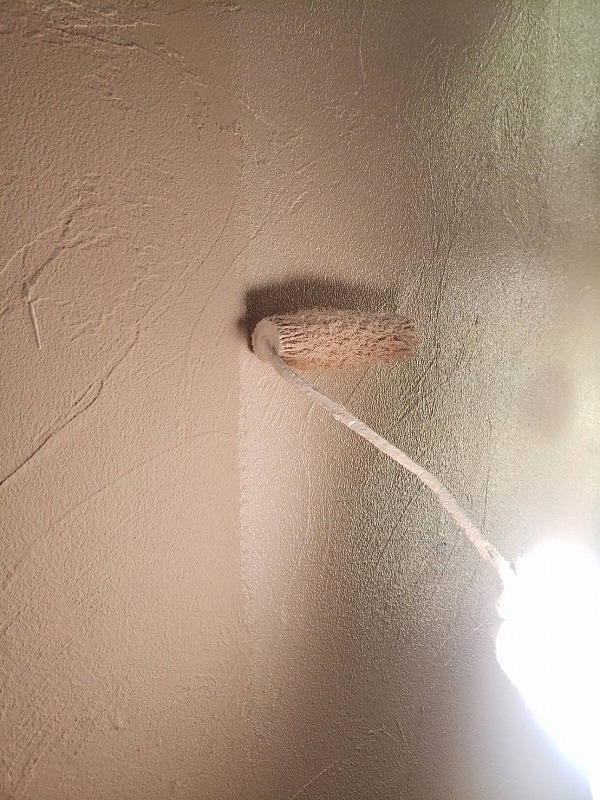 外壁の上塗り中です。(エスケー化研 アートフレッシュ AC-1223)