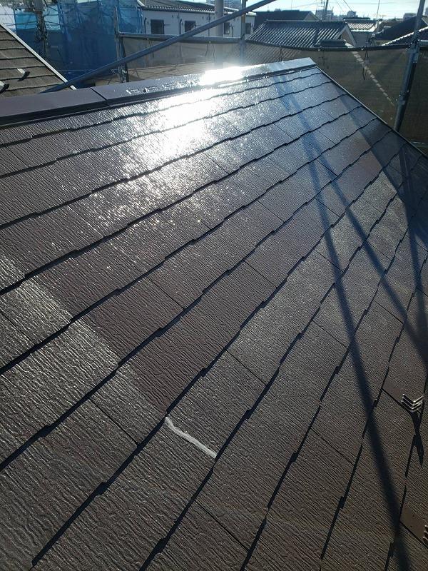 屋根の上塗り中です(エスケー化研 クールタイトSi CLR-108)。