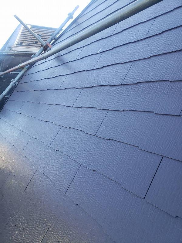 勾配が急なので、屋根足場を設置して塗装します(エスケー化研 クールタイトSi CLR-108)。