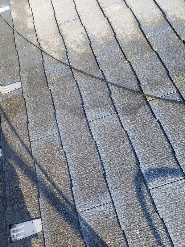 屋根の苔や汚れが高圧洗浄できれいになっていきます。