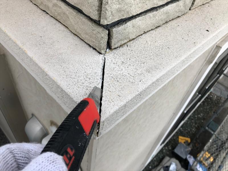 劣化している帯板を中心に傷んでいるシールを取り外しています。
