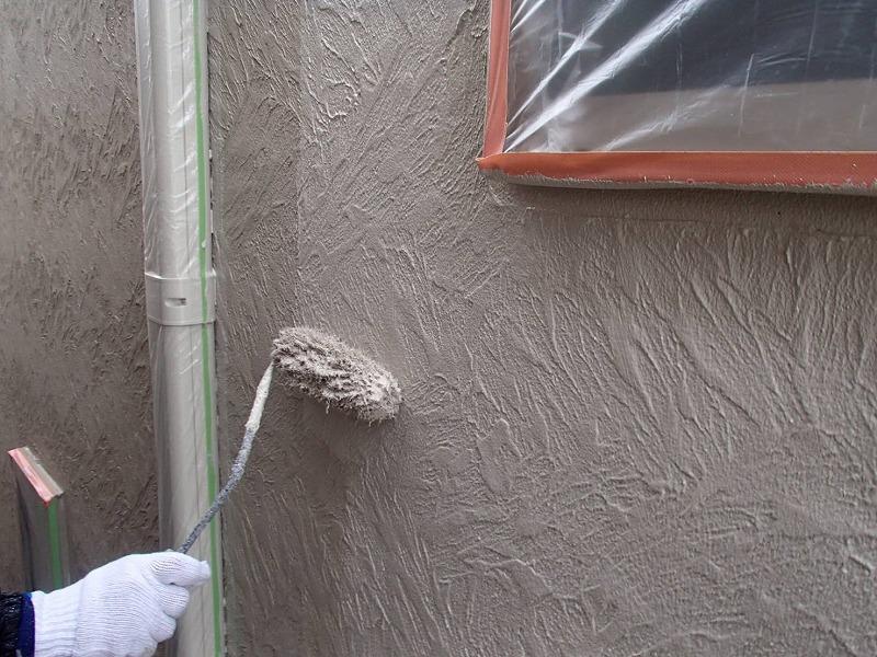 外壁の中塗り中です。(エスケー化研 アートフレッシュ AC-1186)