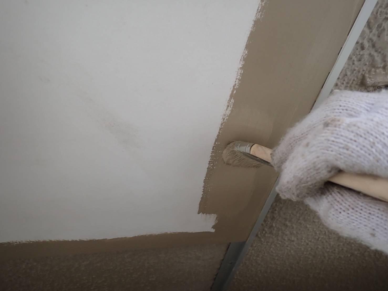 点検口はそのままだと目立つので、外壁と同じ色で塗装しました。