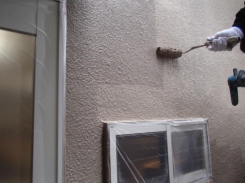 外壁の上塗り中です(エスケー化研 水性セラミシリコン 22-60C)。