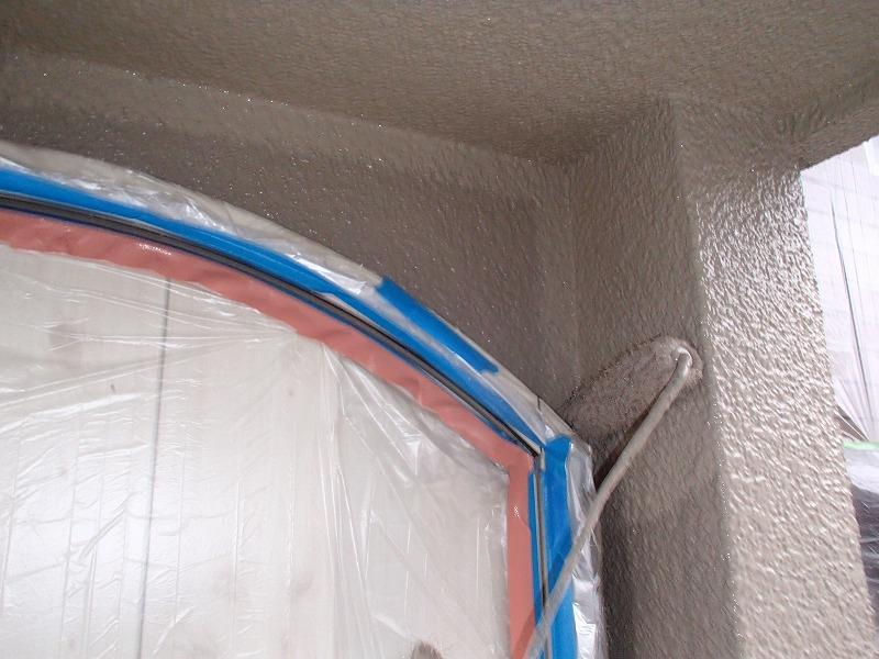 塗り残しのないようにしっかり塗装します(エスケー化研 水性セラミシリコン 22-60C)。
