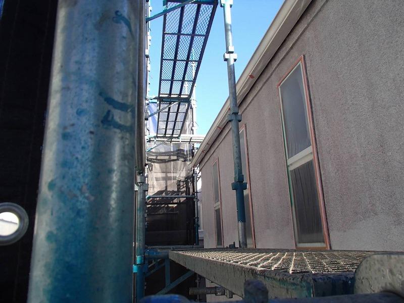 2階から下塗りしていきます(エスケー化研 水性ソフトサーフSG)。