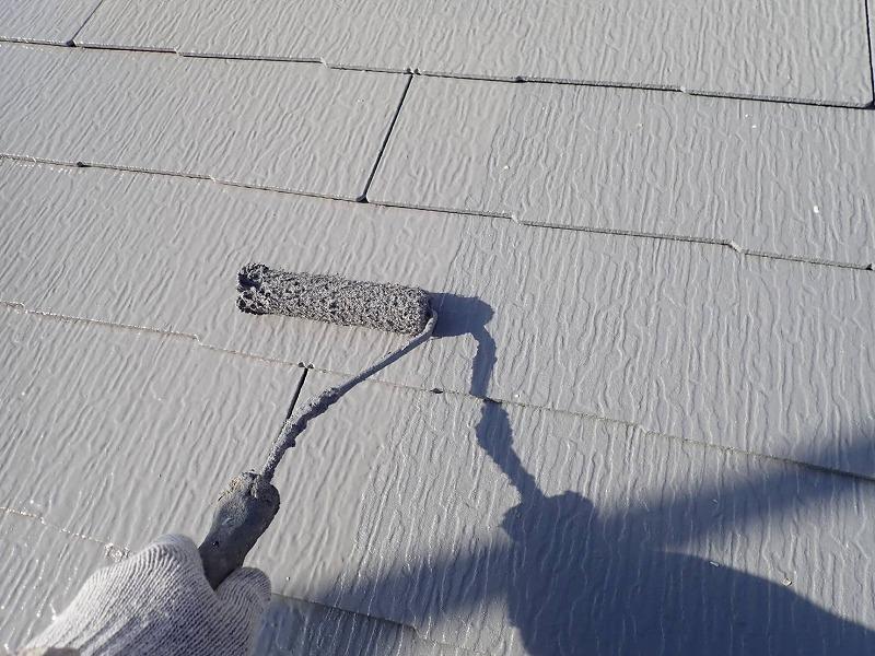屋根の上塗り中です。(エスケー化研 クールタイト CLR-106 グレー)