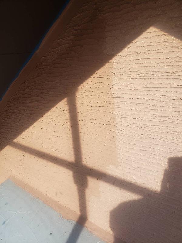外壁の上塗り中です。(エスケー化研 アートフレッシュ AC-1595)