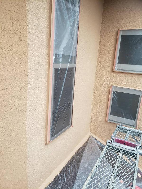外壁の中塗り中です。(エスケー化研 アートフレッシュ AC-2041)。