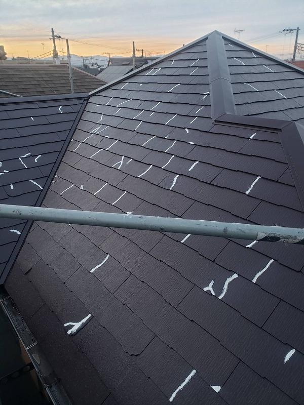 中塗りの後、屋根のヒビを補修しました。