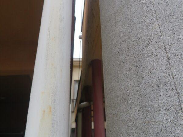 お隣の車庫との間が狭く、人が入れないため、塗装方法に工夫が必要になりそうです。