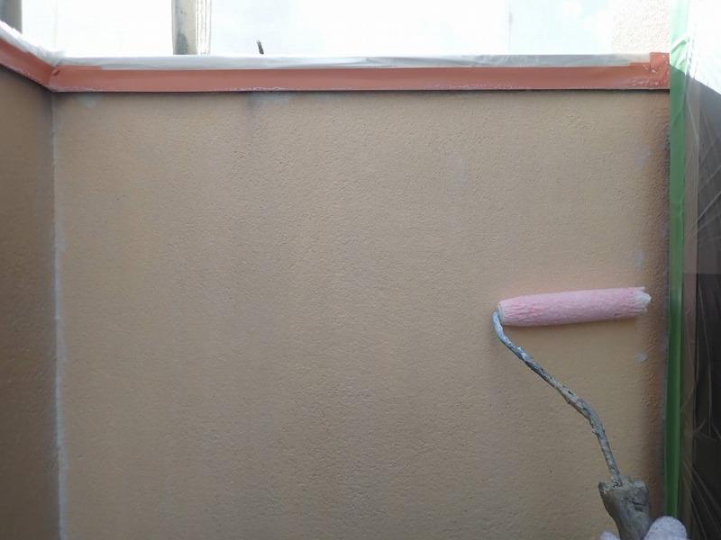 ベランダ内壁もしっかり下塗りします(エスケー化研 水性ミラクシーラーエコ クリヤー)。