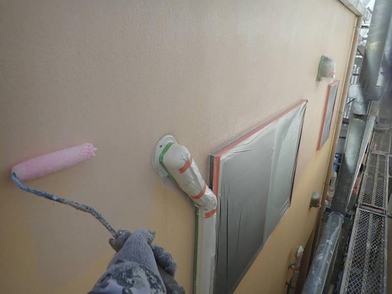 外壁の下塗りをしていきます(エスケー化研 水性ミラクシーラーエコ クリヤー)。