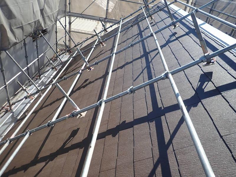屋根の勾配があるので、今回は屋根足場を組みました(エスケー化研 マイルドシーラーEPO クリヤー)。