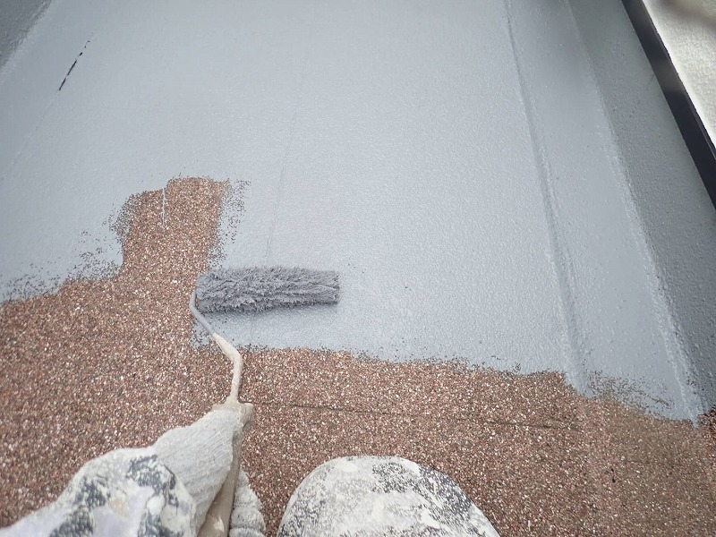 ルーフバルコニーの床の塗装1回目です(アイカ工業 ジョリエース JA-280)。