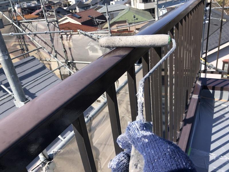 ケレン作業後、アルミ製の手摺りにはミッチャクロンで下塗りします(SOMAY-Q ミッチャクロンAB-X)。