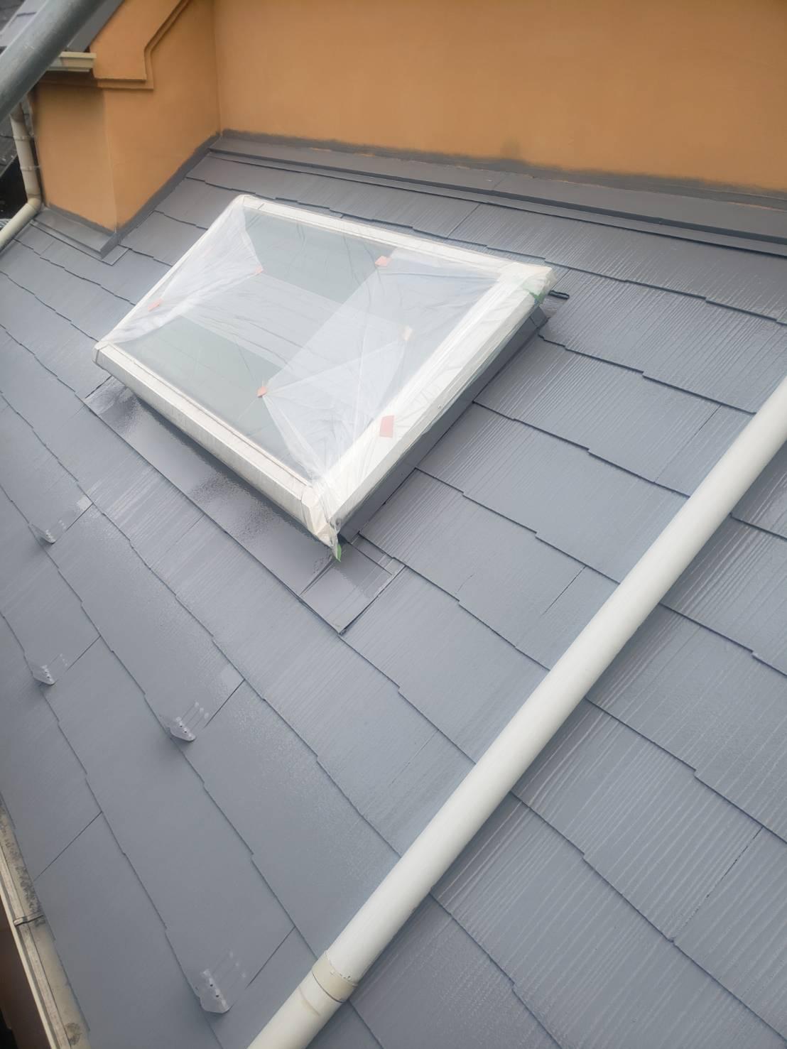 下屋根も中塗りまで完了しました(エスケー化研 クールタイトSi CLR-106)。