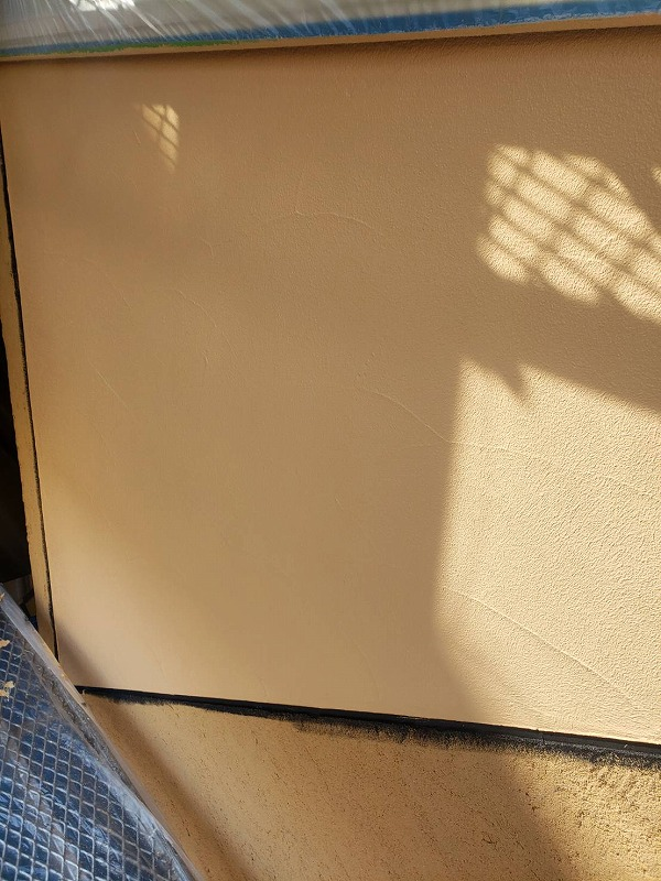 目地部分を塗装してから、上塗りして仕上げていきます(エスケー化研 アートフレッシュ AC-1853)。