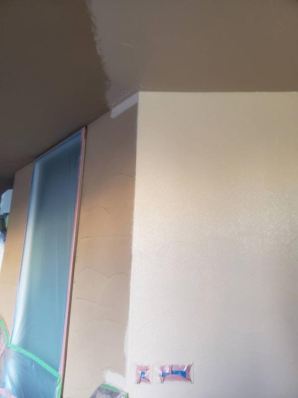 こちらの外壁は違う塗料で下塗りしてからの中塗り中です(エスケー化研 アートフレッシュ AC-3080)。