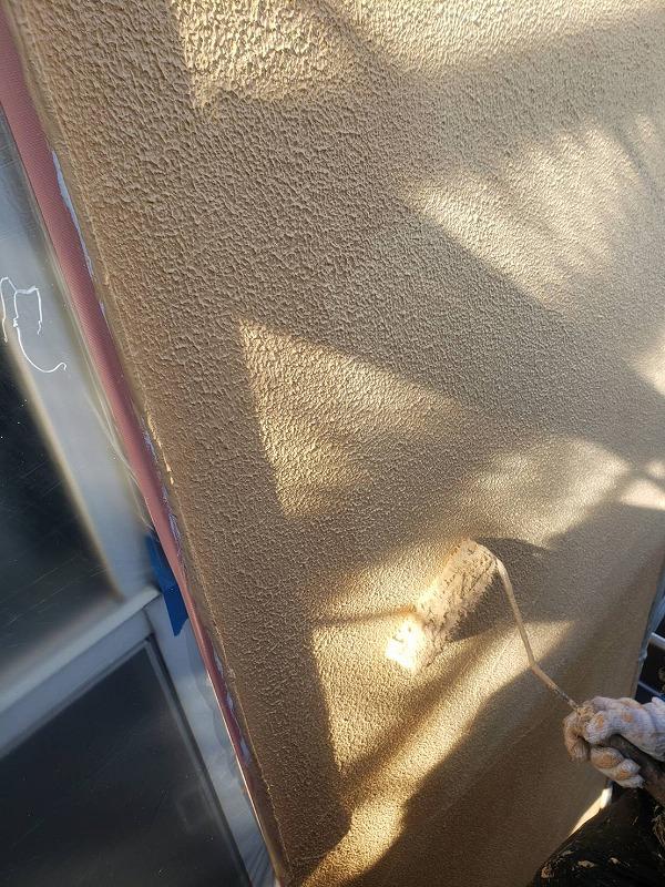 弾性下塗りした外壁は、中塗り・上塗りにも弾性塗料を使用します(エスケー化研 水性弾性セラタイト AC-1853)。