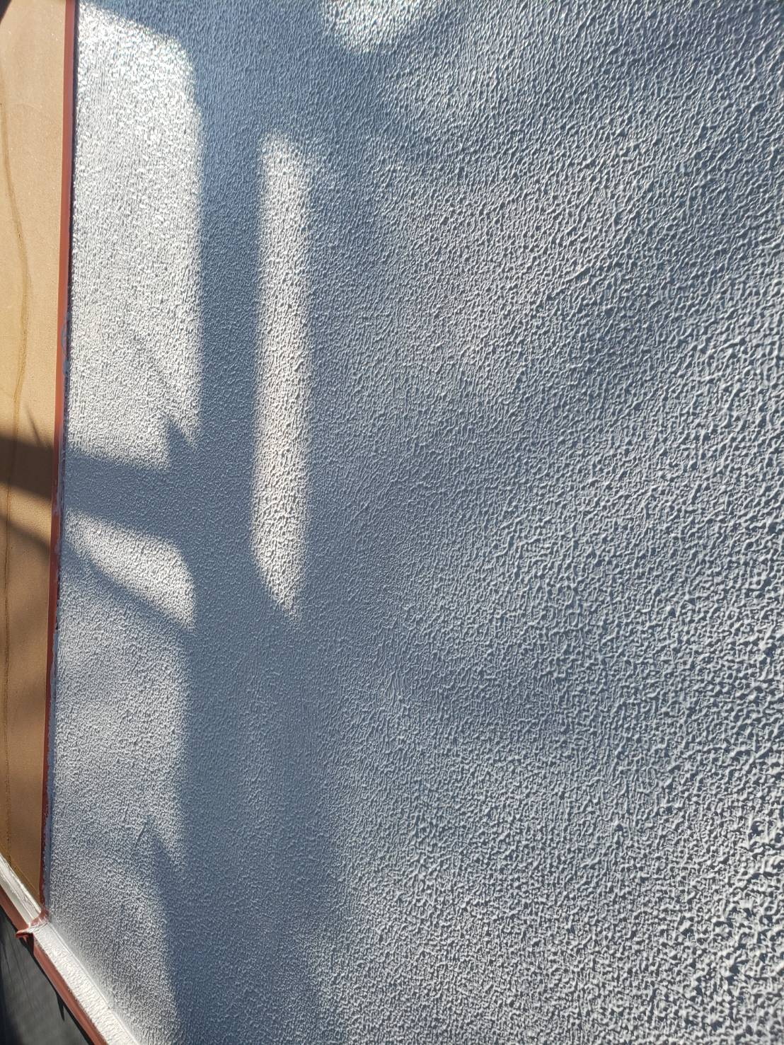 弾性力のある塗料で、外壁のヒビ割れに対応します(エスケー化研 レナフレンド)。