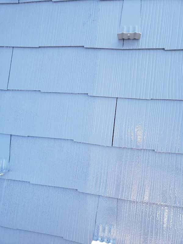 屋根の上塗り中です(エスケー化研 クールタイトSi CLR-106)。