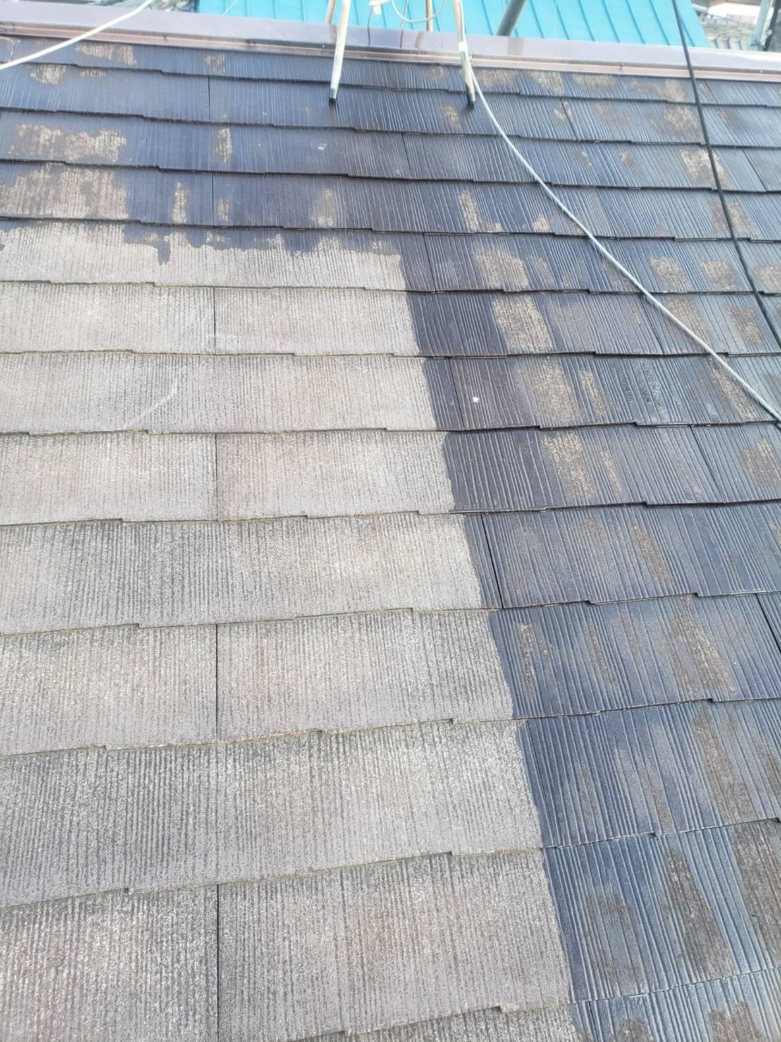 屋根の下塗り中です(エスケー化研 マイルドシーラーEPO クリヤー)。