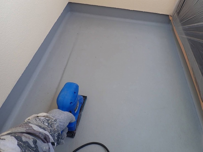 ベランダ床の下地処理をしています。
